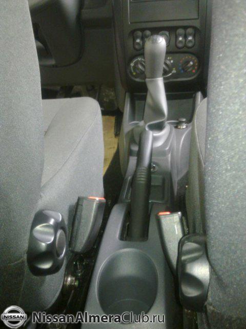 Nissan Almera АвтоВАЗ 2012: вид на рычаг КПП с заднего ряда сидений.