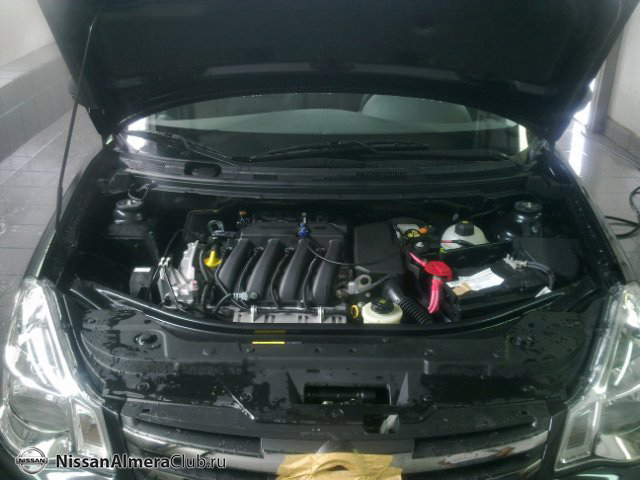 Nissan Almera АвтоВАЗ 2012: фотография подкапотного пространства, видно двигатель