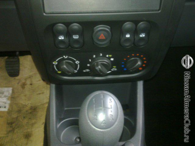 Nissan Almera АвтоВАЗ 2012: такое неудобное расположение кнопок стеклоподъемников унаследовано от Рено Логана и Лады Гранты